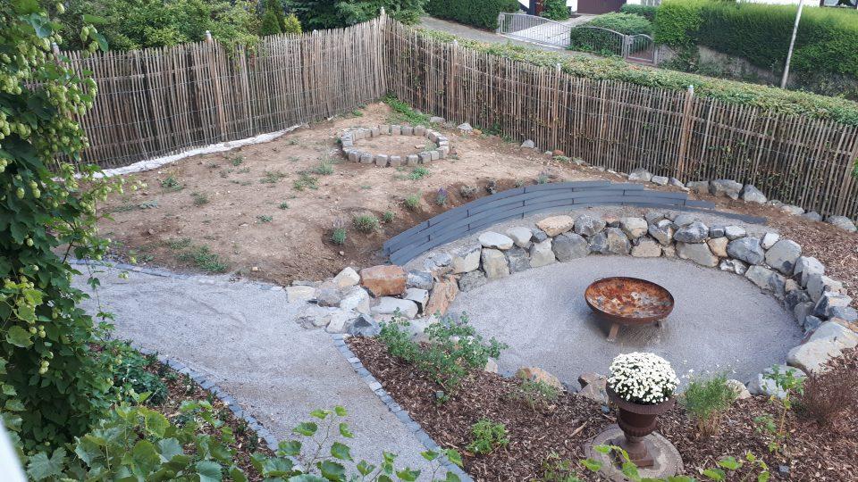 Blick auf den neu angelegten Senkgarten und Rosengarten