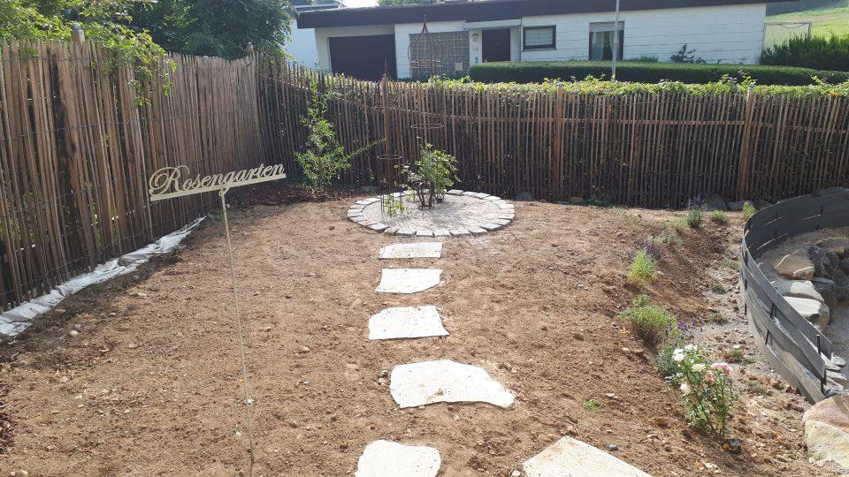 Der Weg zur gepflasterten Fläche für mehr Struktur im Rosengarten.