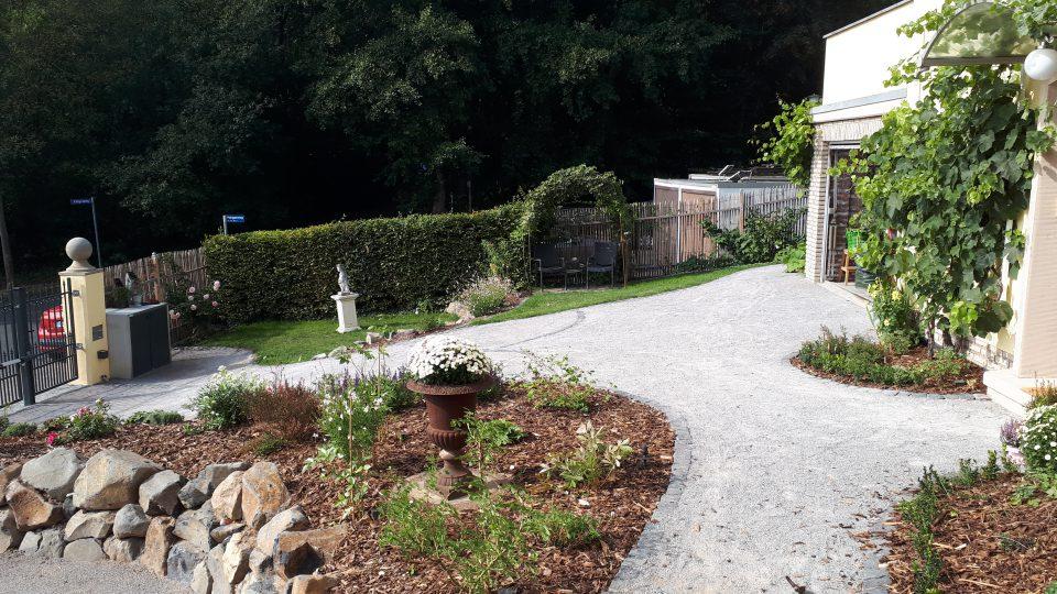 Der neu angelegte Eingangsbereich mit Auffahrt sagt nun Willkommen im Garten