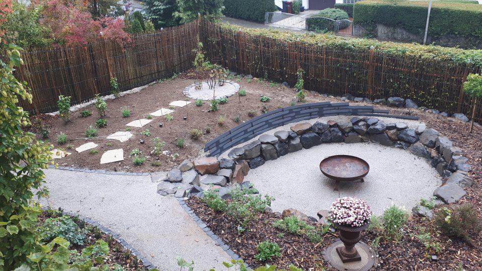 Der neu angelegte Senkgarten und Rosengarten mit erster Bepflanzung