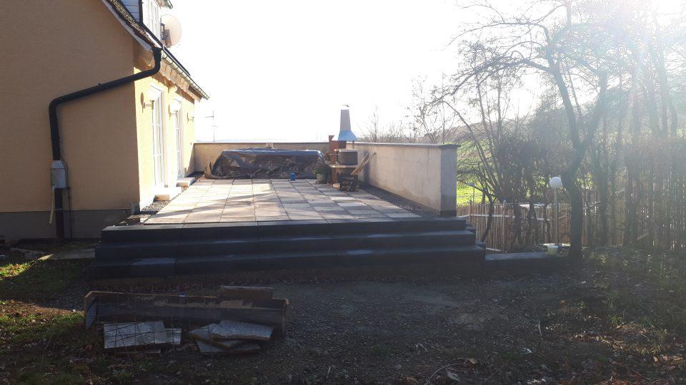 Die Terrasse bereits mit Brüstung und neuem Treppenabgang