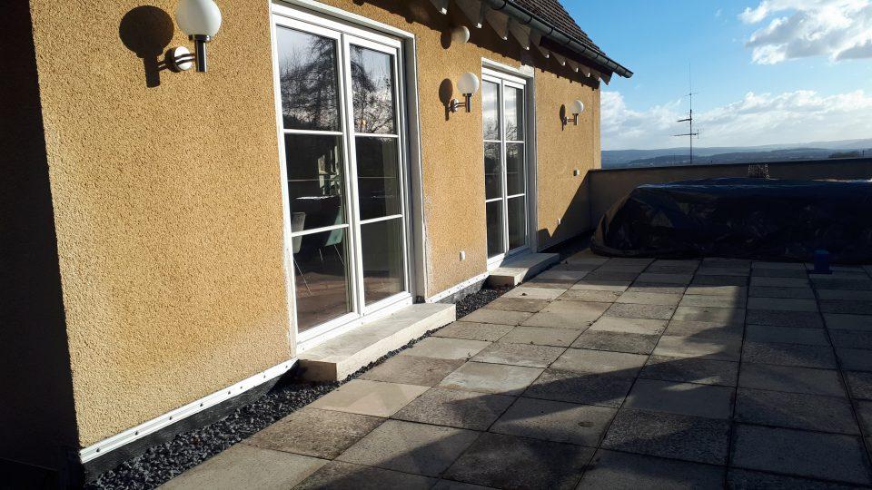 Die Außenleuchten der Terrasse sind bereits an der Hauswand installiert