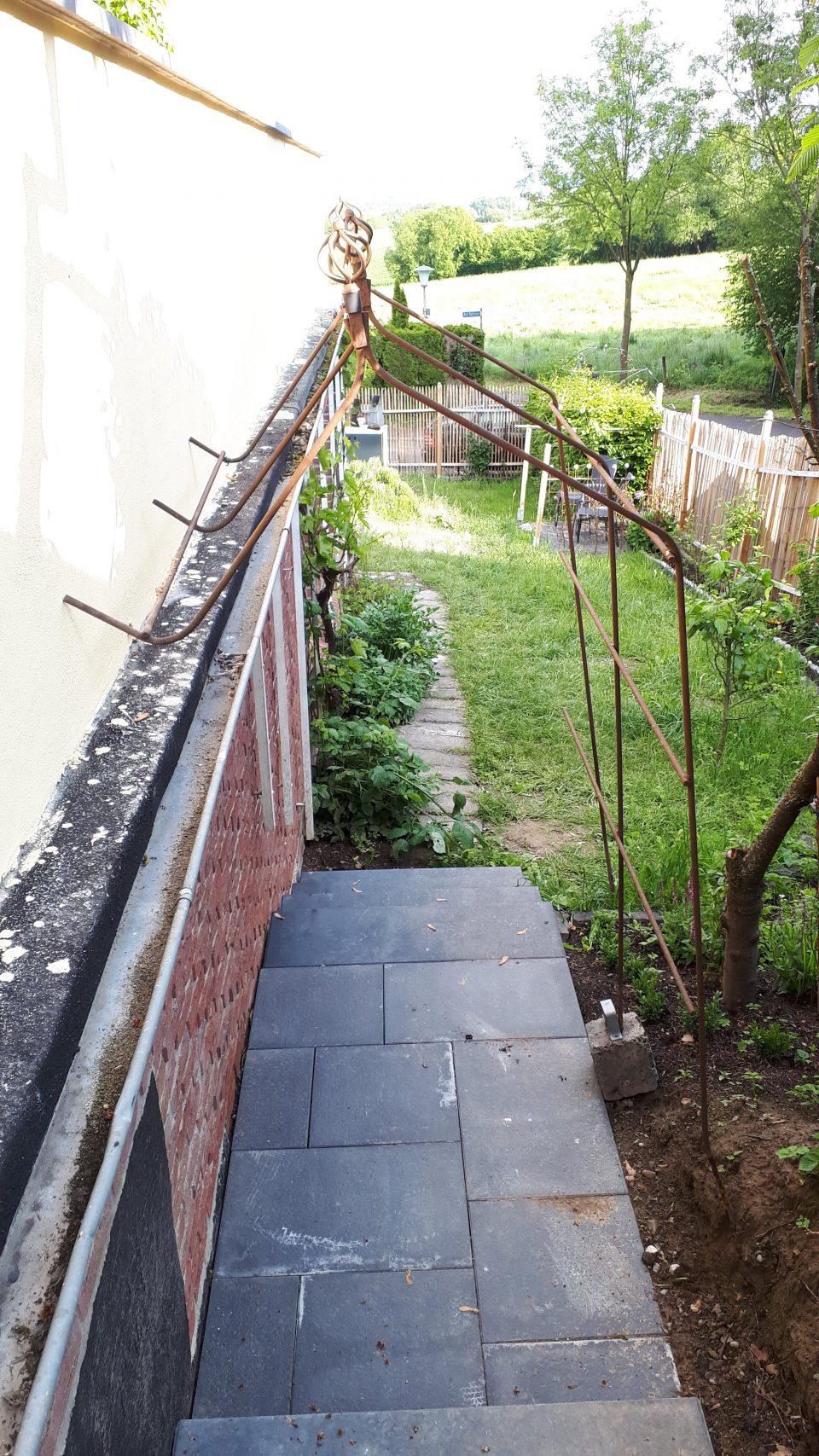 Die neue Treppe als Abgang neben der Garage zum Küchengarten.