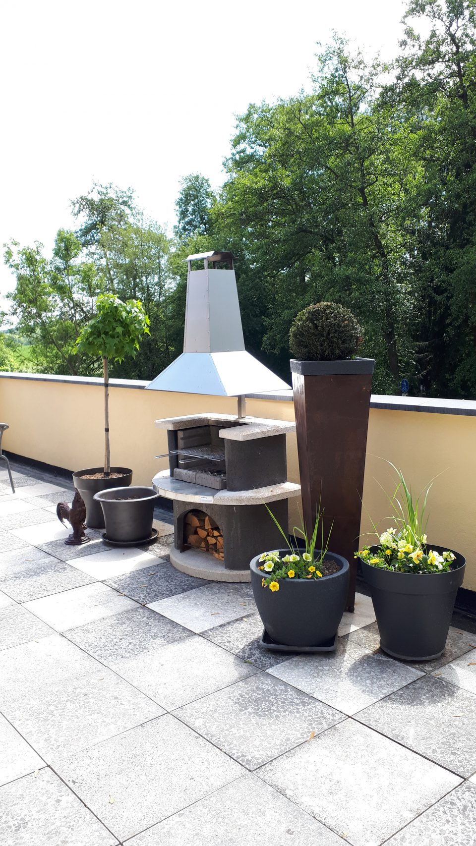Der Grillkamin auf der Terrasse