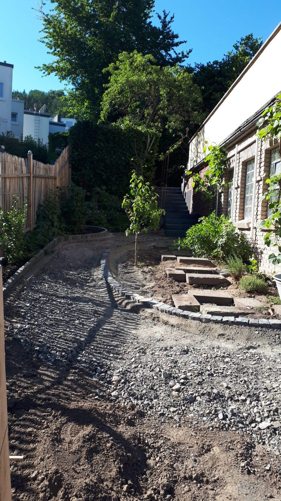 Der Küchengarten mit neuem Weg während der Bauphase