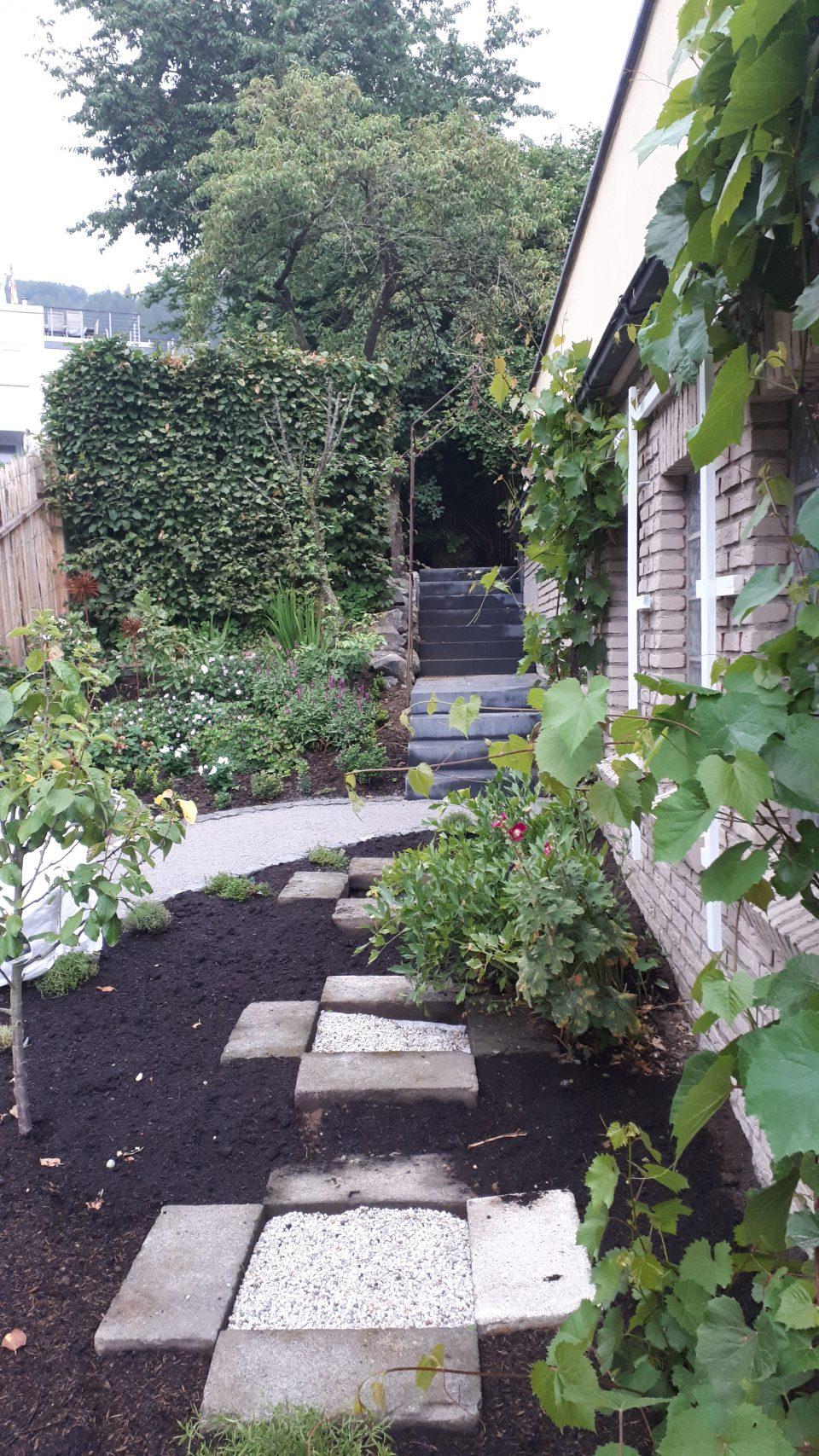 Die Fundamente für die Weinfässer im Küchengarten aus den alten Betonblöcken.