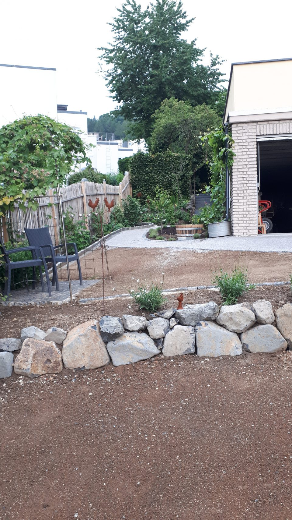 Der romantische Sitzplatz zwischen weißem Garten und Küchengarten ist ganz frisch angelegt