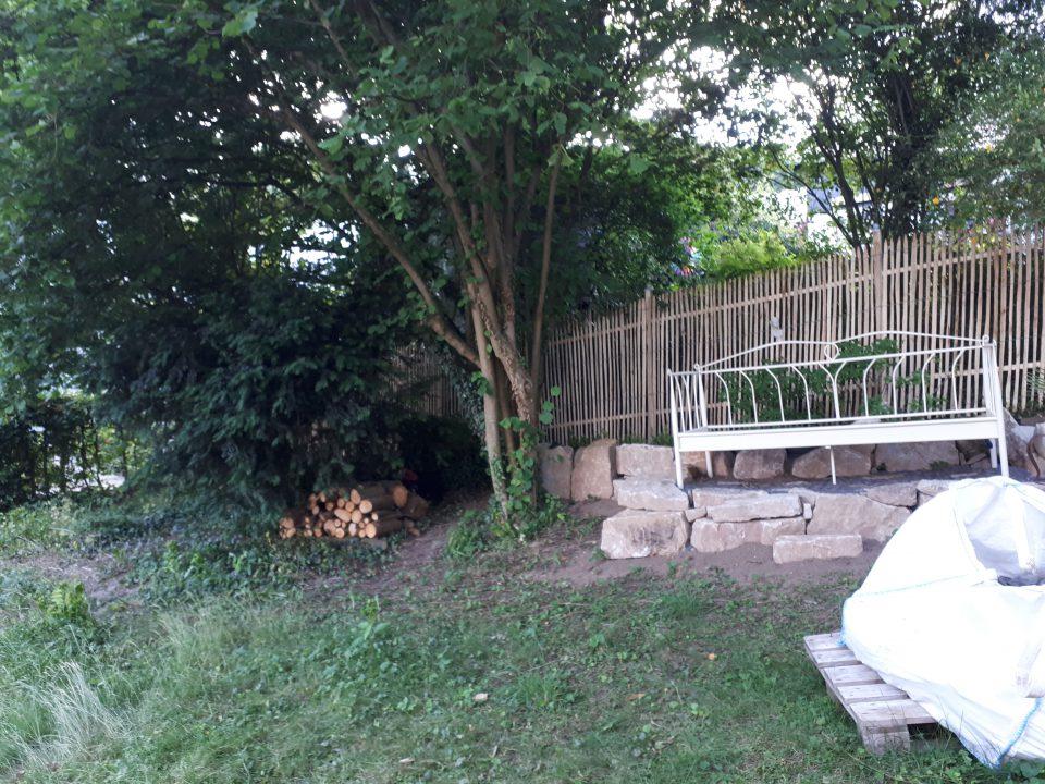 Das Gartenbett war eines der ersten Dinge, das in den Garten eingezogen ist. Daneben, geschützt unter den Bäumen, soll das Baumhaus entstehen.
