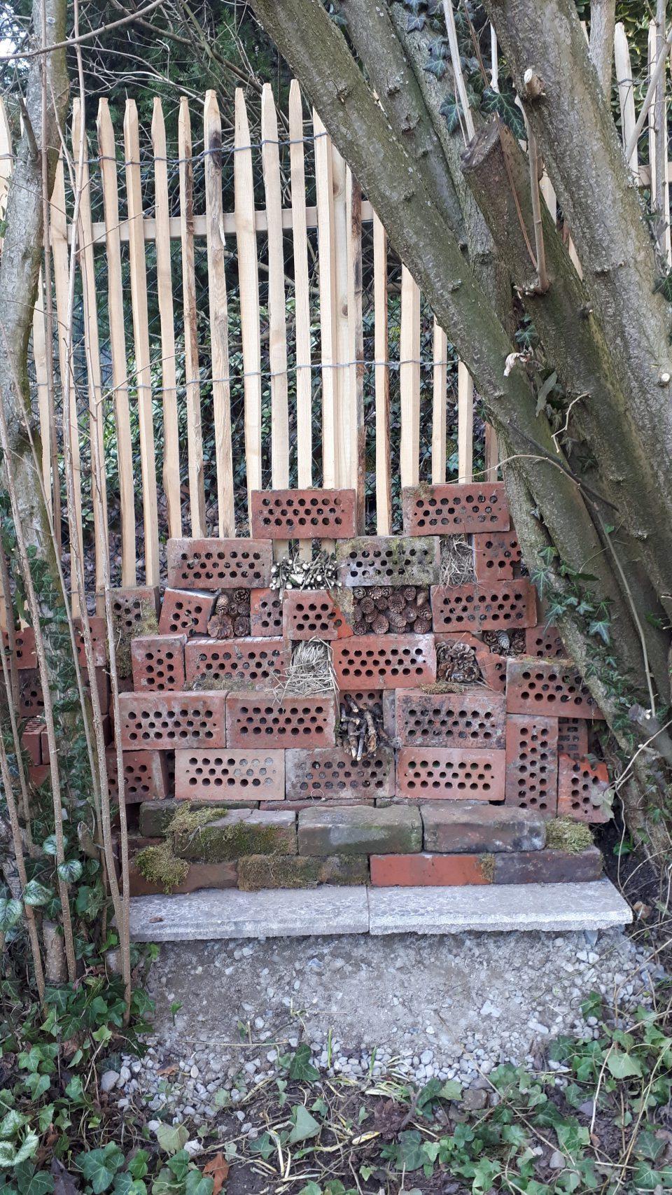Der erste Versuch des Insektenhotels ist nicht gut geglückt, es musste noch einmal neu gebaut werden.