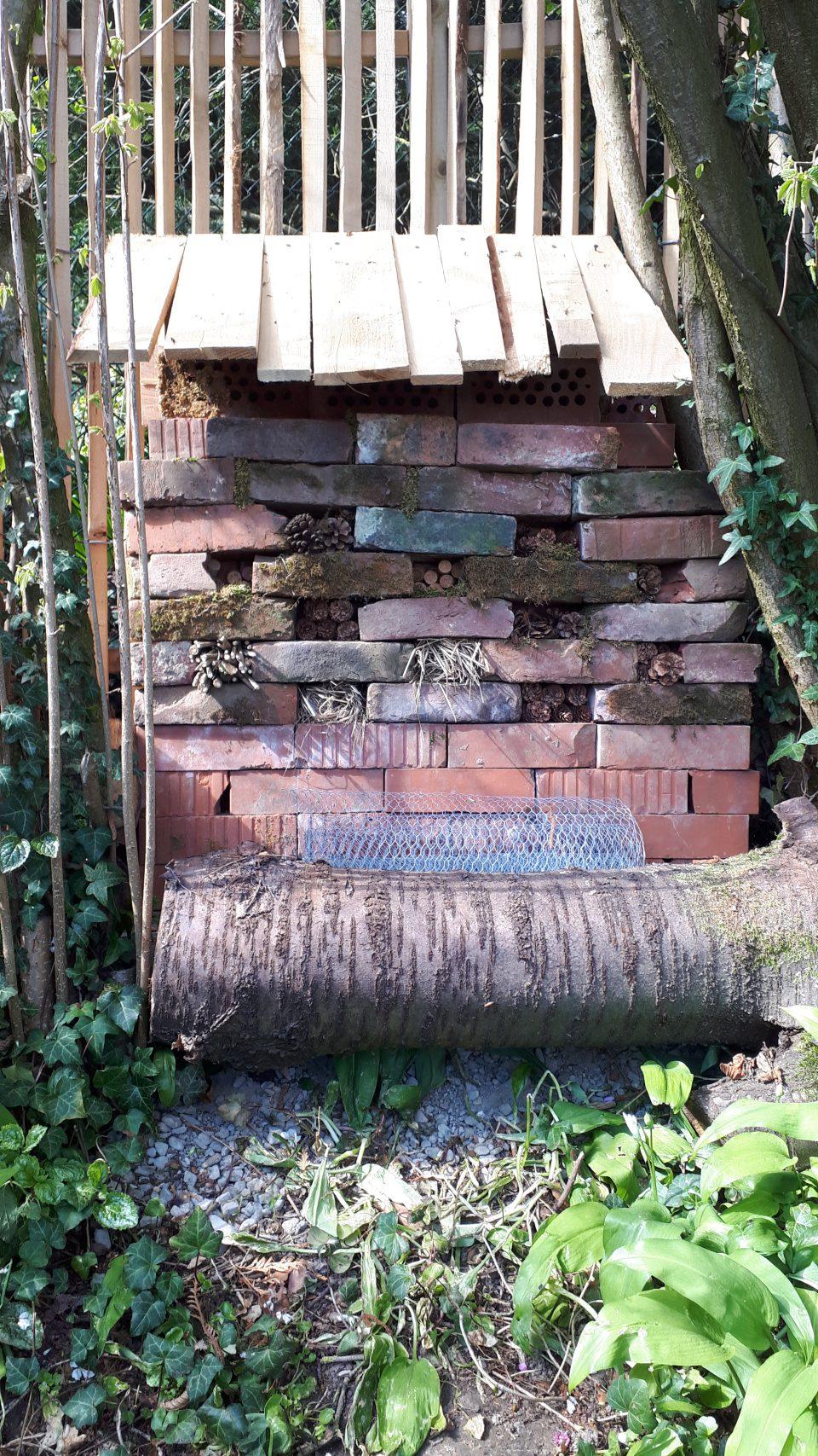 Das Insektenhotel aus alten Backsteinen selbst gebaut.