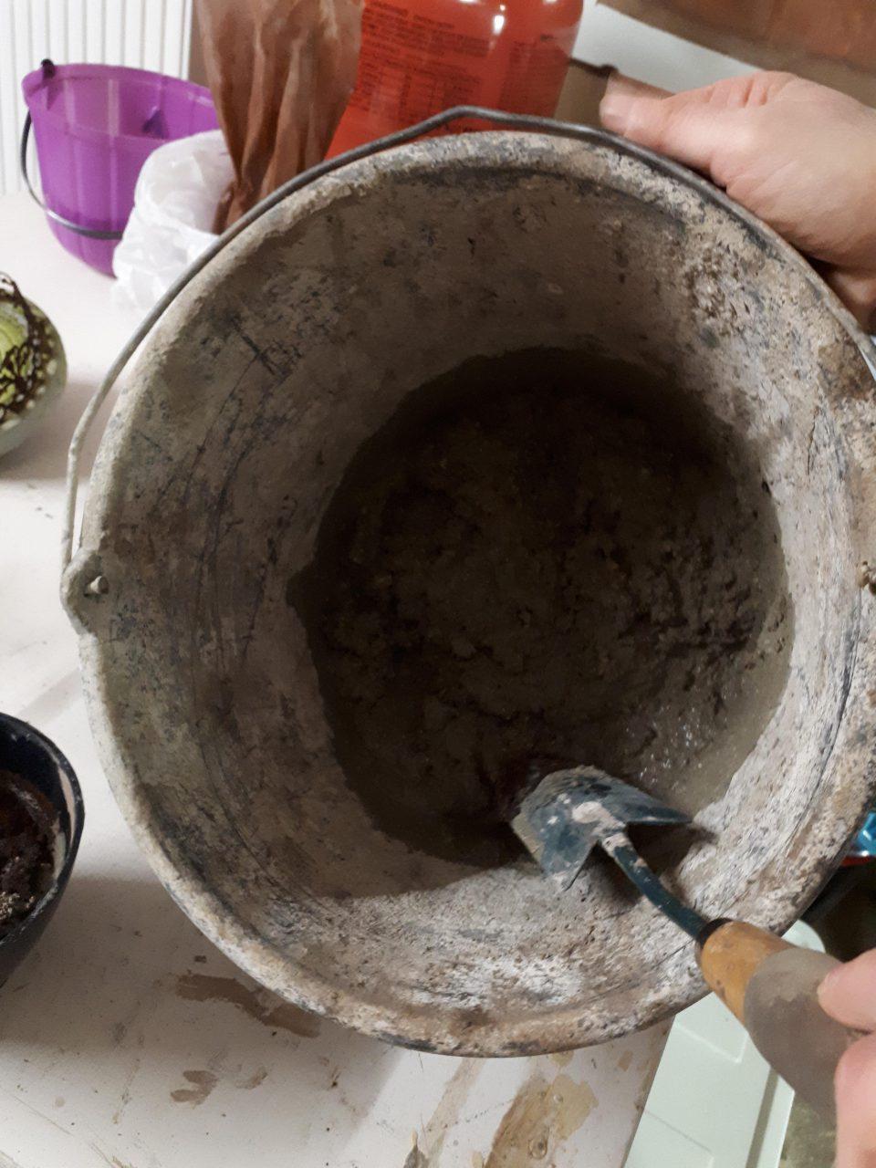 Den Beton für Törtchen aus Beton schön cremig anrühren.