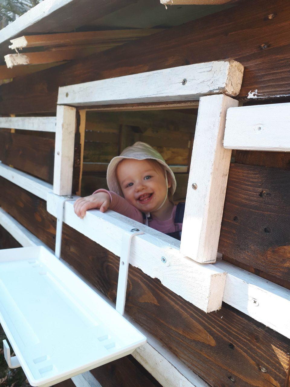 Das ausgebaute Spielhaus unter den Bäumen sorgt für große Begeisterung bei den Kleinen.