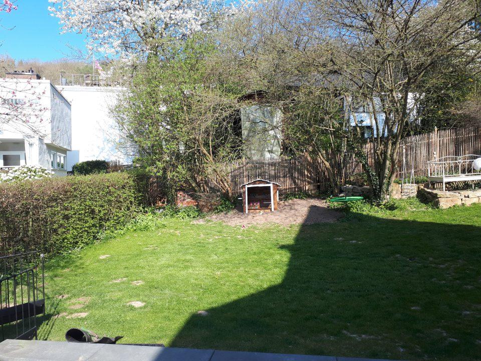 Das Baumhaus als Spielhaus auf dem kleinen Hügel an der Nordseite des Gartens.