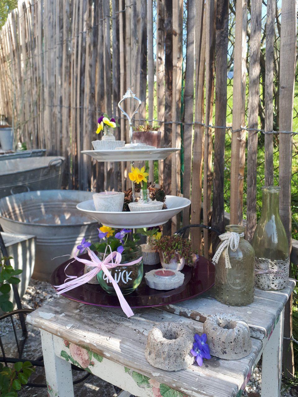 Die Törtchen aus Beton sind als Gartendeko auf einer Etagere arrangiert.