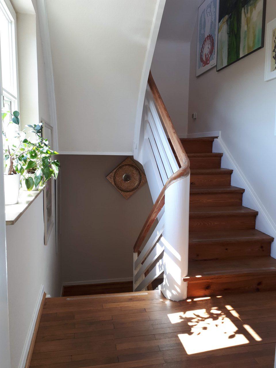 Der Treppenabsatz im Erdgeschoss vor der Küche, Blick Richtung Kellergeschoss.