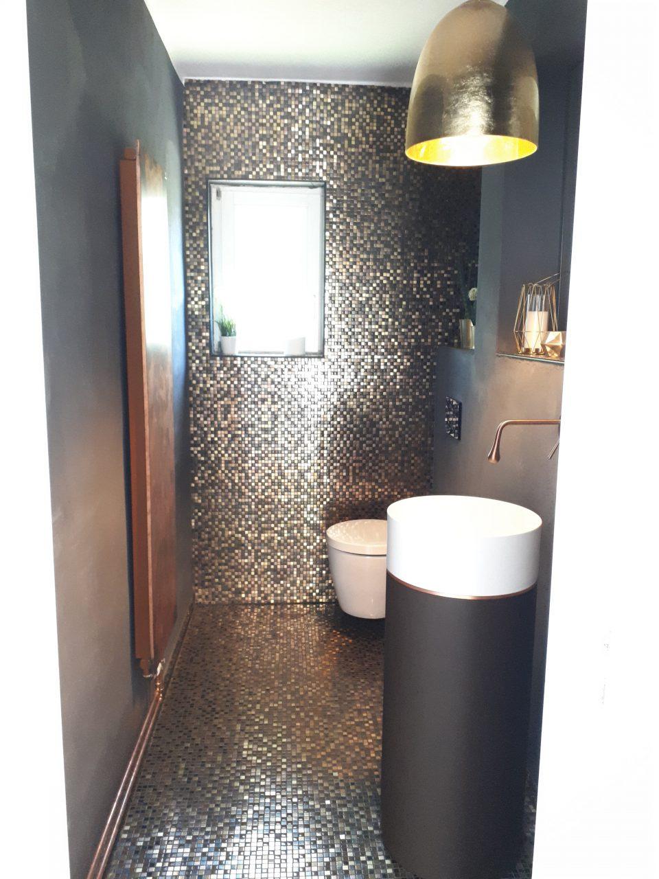 Das Gäste-WC in schwarz-gold nach der Sanierung.