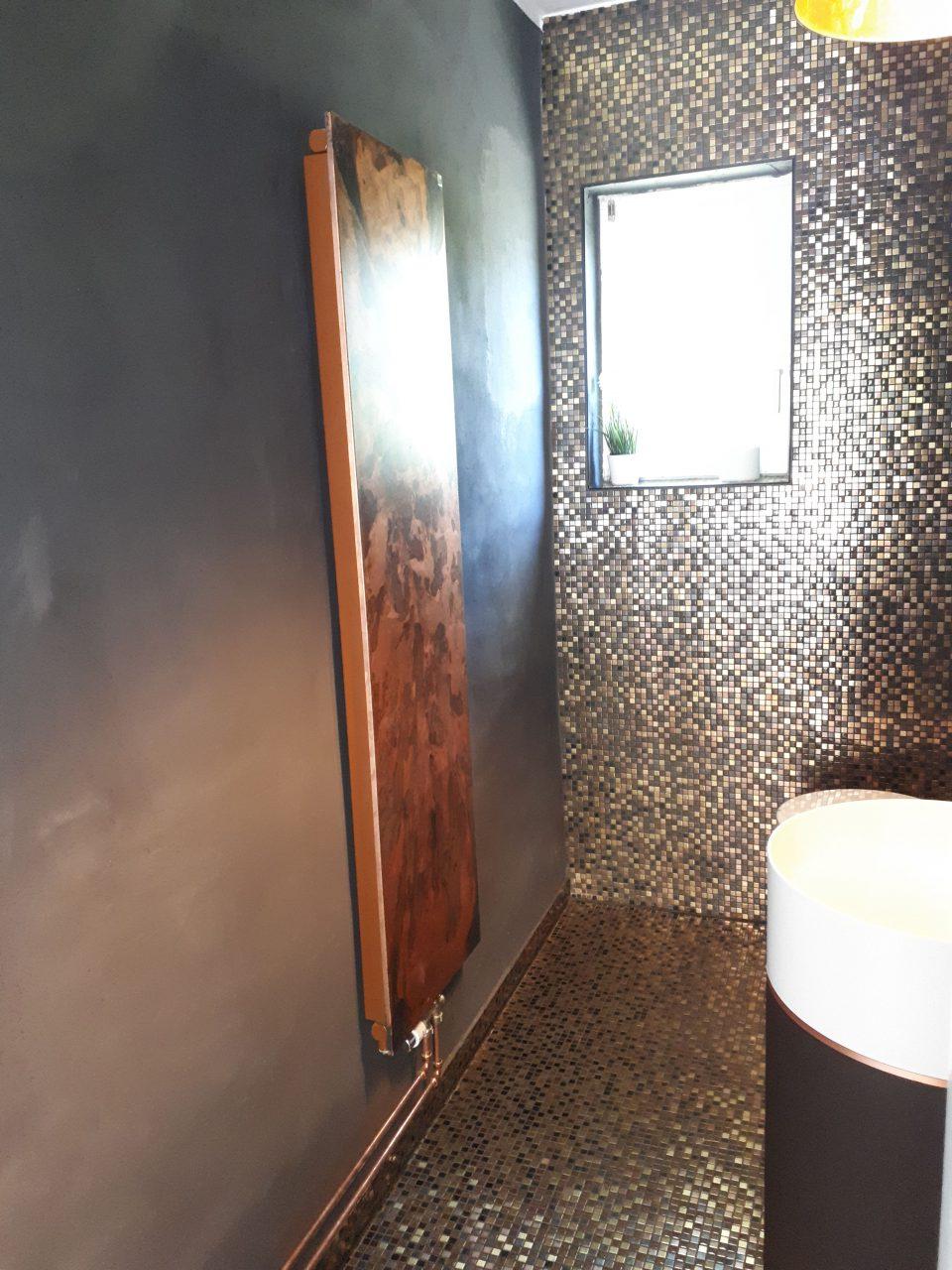 Das Gäste-WC in schwarz-gold mit Kupfer-Heizkörper nach der Sanierung