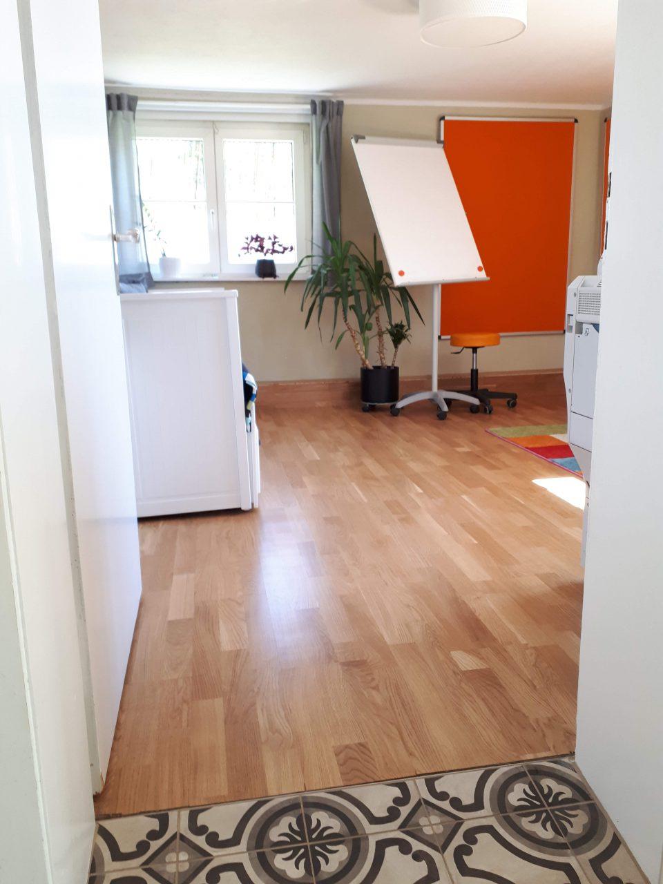 Das Büro im Kellergeschoss mit Fußbodenheizung.