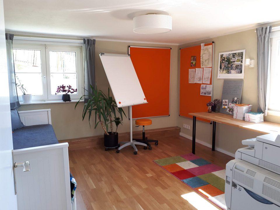 Das Büro im Kellergeschoss nach der Sanierung mit zusätzlichem Fenster an der Ostseite und Fußbodenheizung.