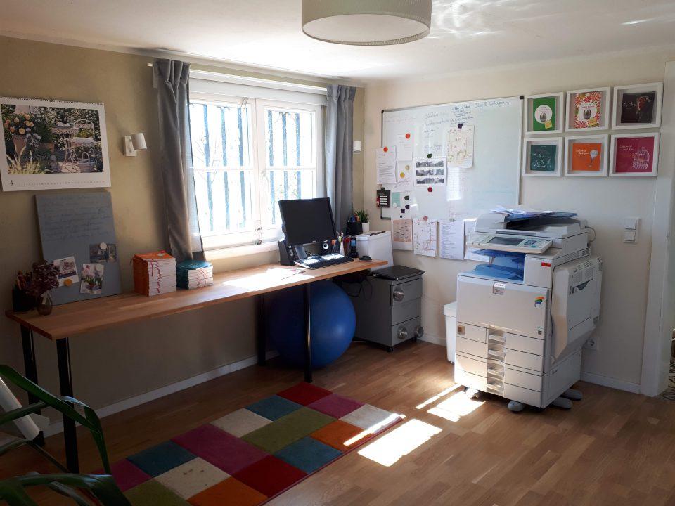 Das Büro im Kellergeschoss nach der Sanierung, Blick zum Südfenster.