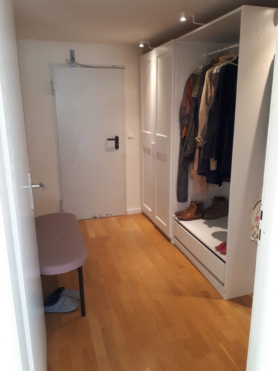 Die Garderobe im Kellergeschoss nach Sanierung und mit Durchbruch zur Garage.