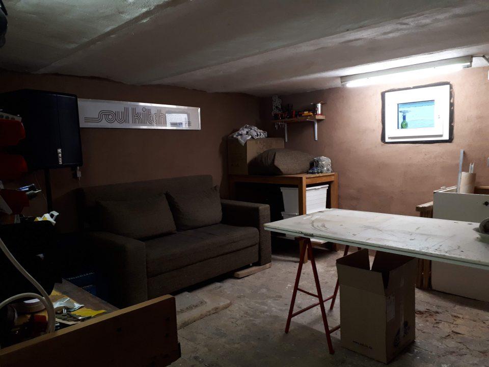Die Werkstatt im Kellergeschoss nach der Sanierung mit Lehmputz an den Wänden.