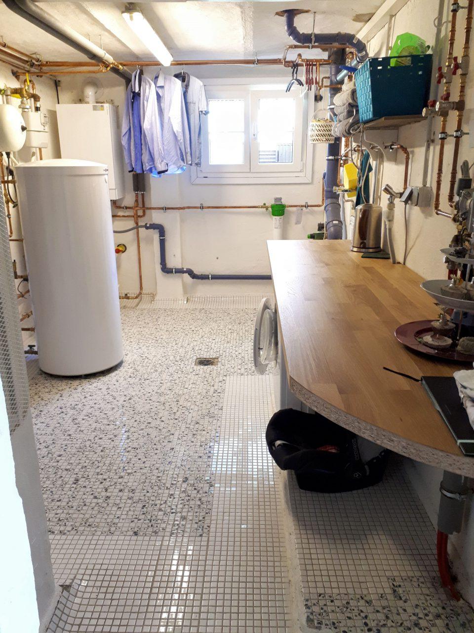 Die Waschküche im Kellergeschoss nach der Sanierung mit neuer Heizung und Fliesenboden.