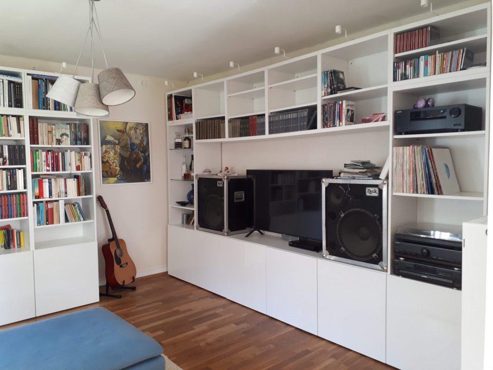 Das Wohnzimmer als Musikzimmer mit Bibliothek.