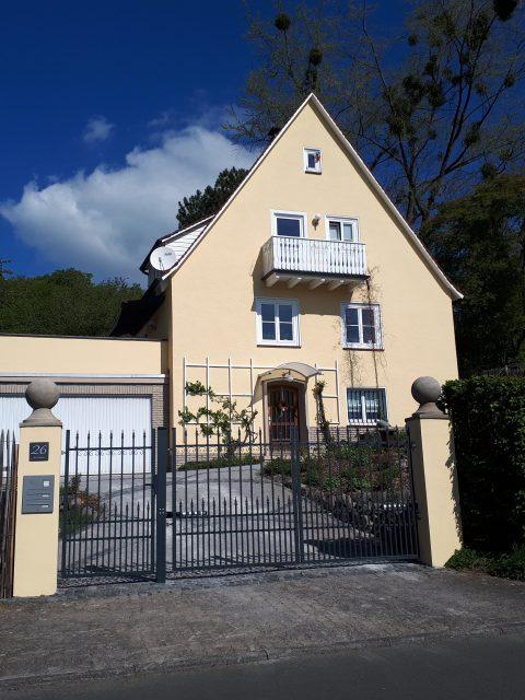 Das 50er Jahre Haus am Kasseler Brasselsberg nach der Sanierung. Der Vorher-Nachher-Effekt ist beeindruckend und liefert Anregungen für das Vorgehen beim Sanieren.