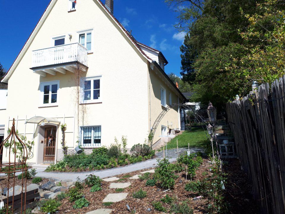 Die Fassade des 50er Jahre Haus wurde in einem eleganten Gelb neu gestrichen. Der Charme der 50er Jahre wurde in vielen Details wieder herausgearbeitet.