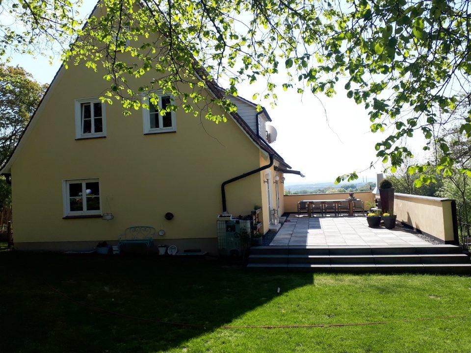 Auch bei der Wahl der Außenleuchten wurde der ursprüngliche Charme des 50er Jahre Haus berücksichtigt.