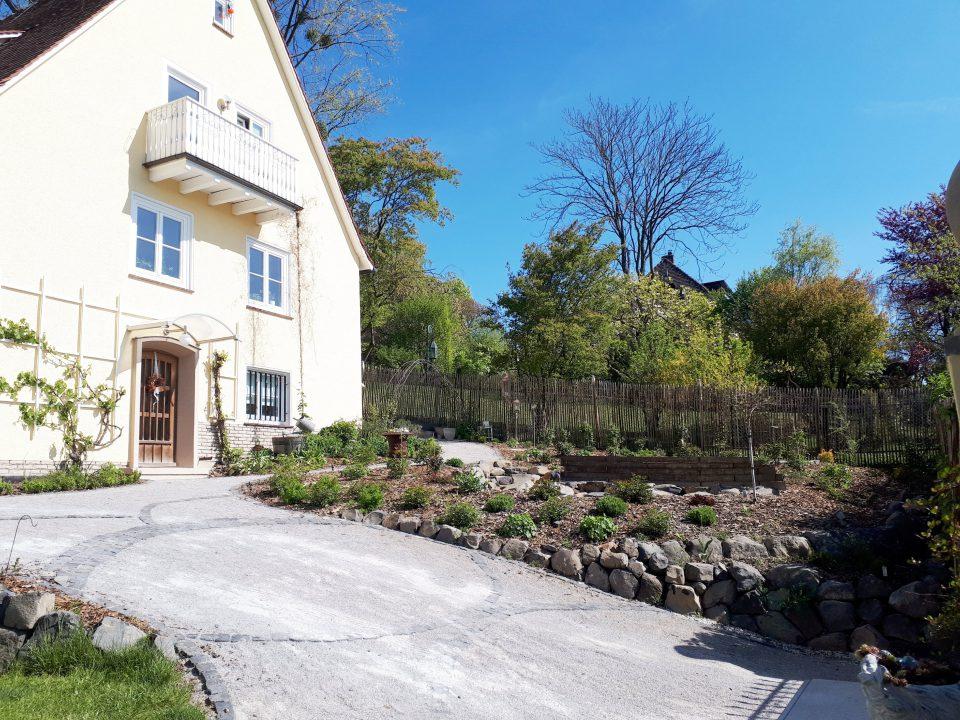 Der gesamte Eingangsbereich des 50er Jahre Haus wurde neu gestaltet. Das Haus und der romantische Garten ergänzen sich sehr harmonisch.