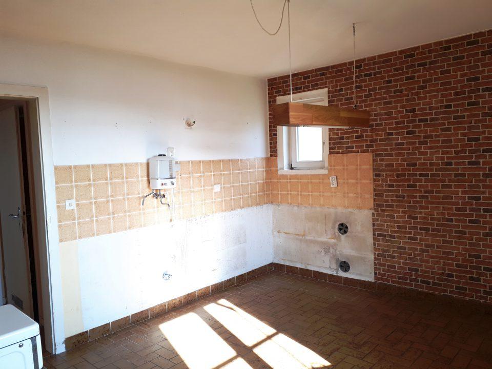 Die Küche im Erdgeschoss vor der Sanierung, noch mit kleinem Fenster.