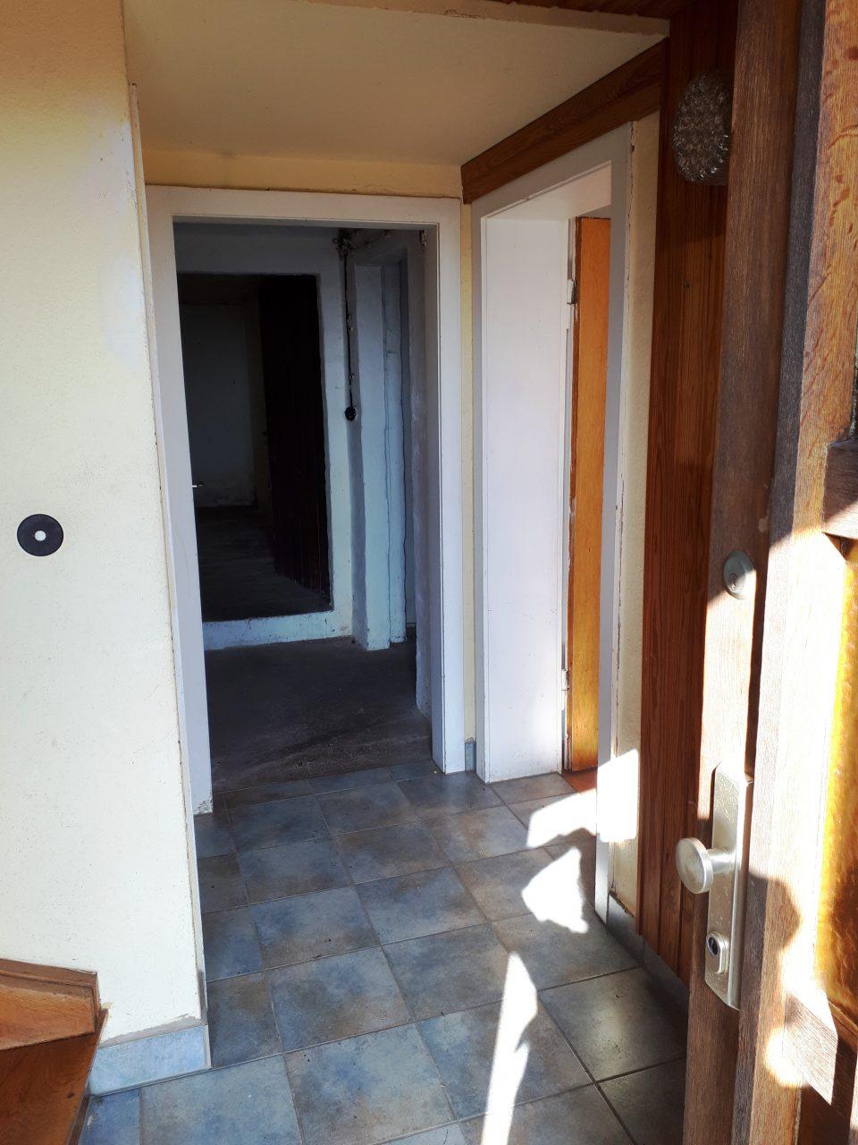 Der Eingangsbereich im Kellergeschoss vor der Sanierung.