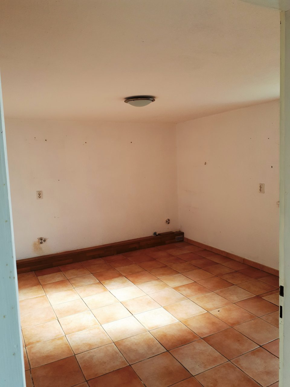 Das Büro im Kellergeschoss vor der Sanierung, Blick auf die Ostwand.