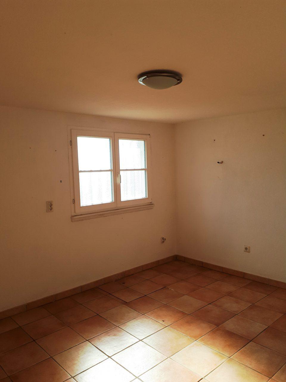 Das Büro im Kellergeschoss vor der Sanierung mit nur einem Fenster Richtung Süden.