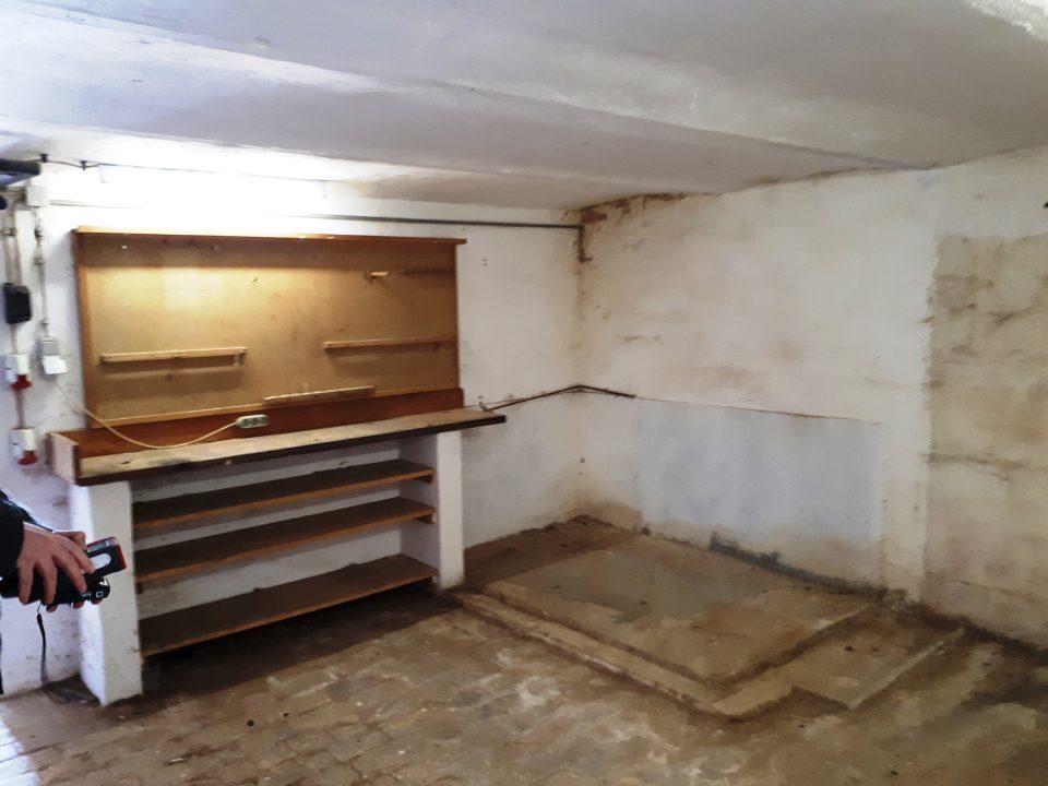 Die Werkstatt mit eingebauter Werkbank im Kellergeschoss, vor der Sanierung.