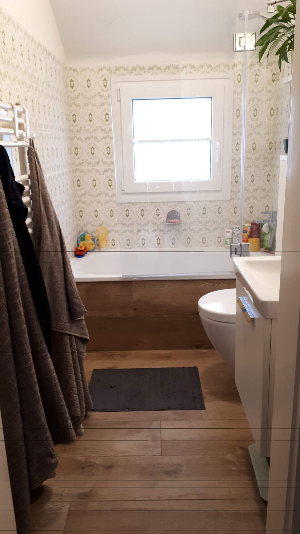 Das kleine Badezimmer im Obergeschoss für Kinder und Gäste nach der Sanierung