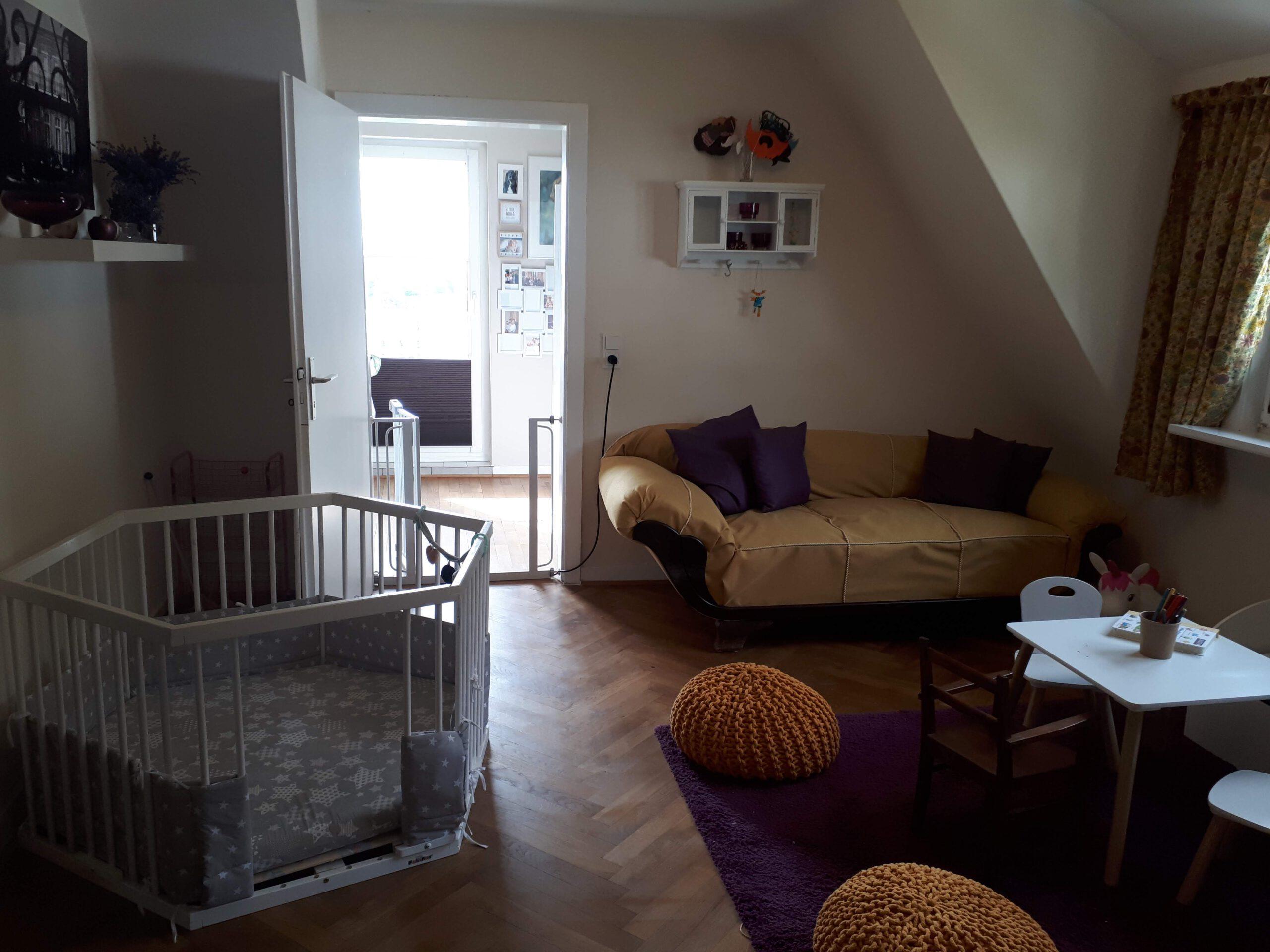 Das Spielzimmer im Obergeschoss mit Sofa.