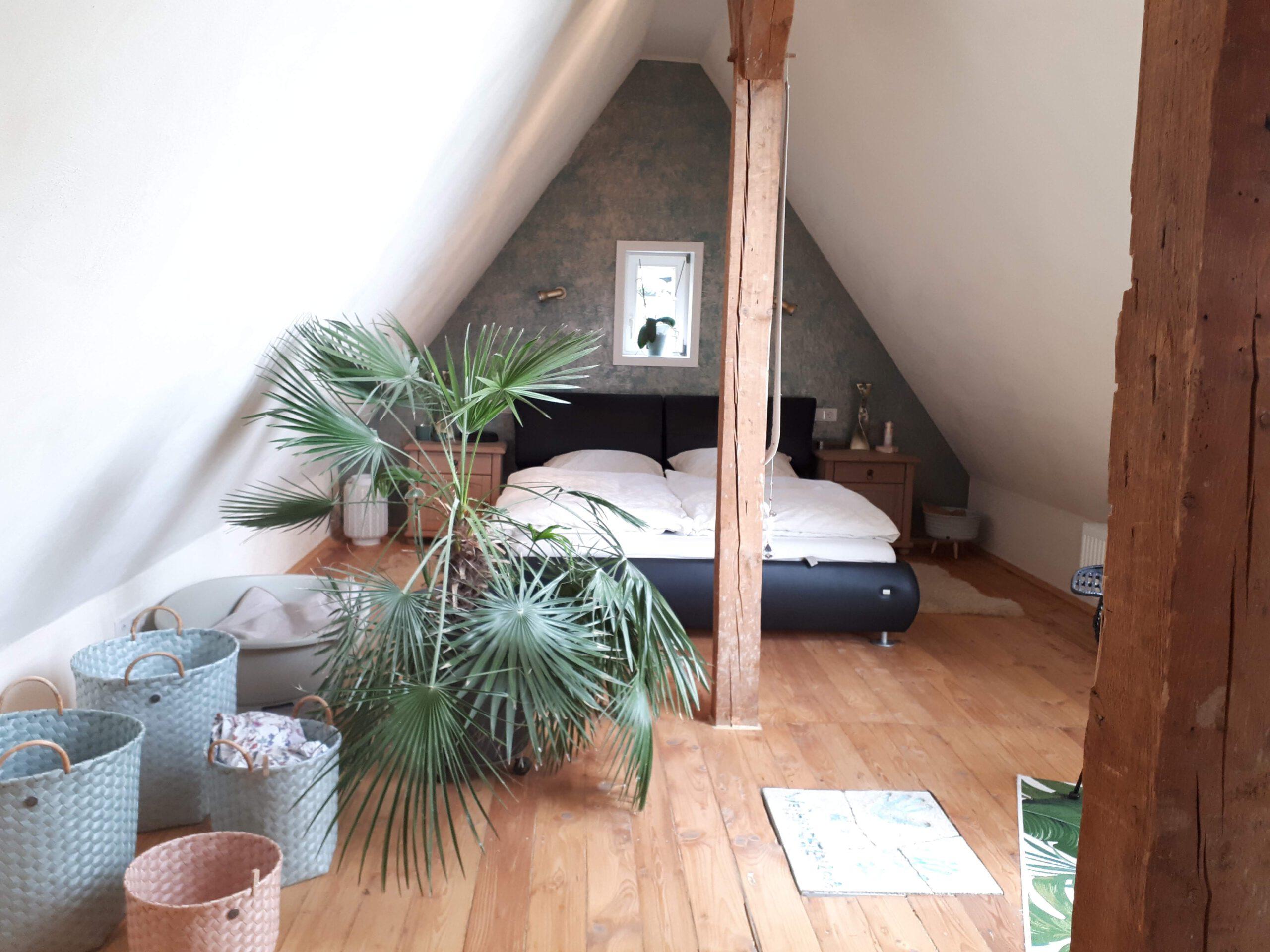 Das Dachgeschoss nach Dämmung und Ausbau zum Schlafzimmer.