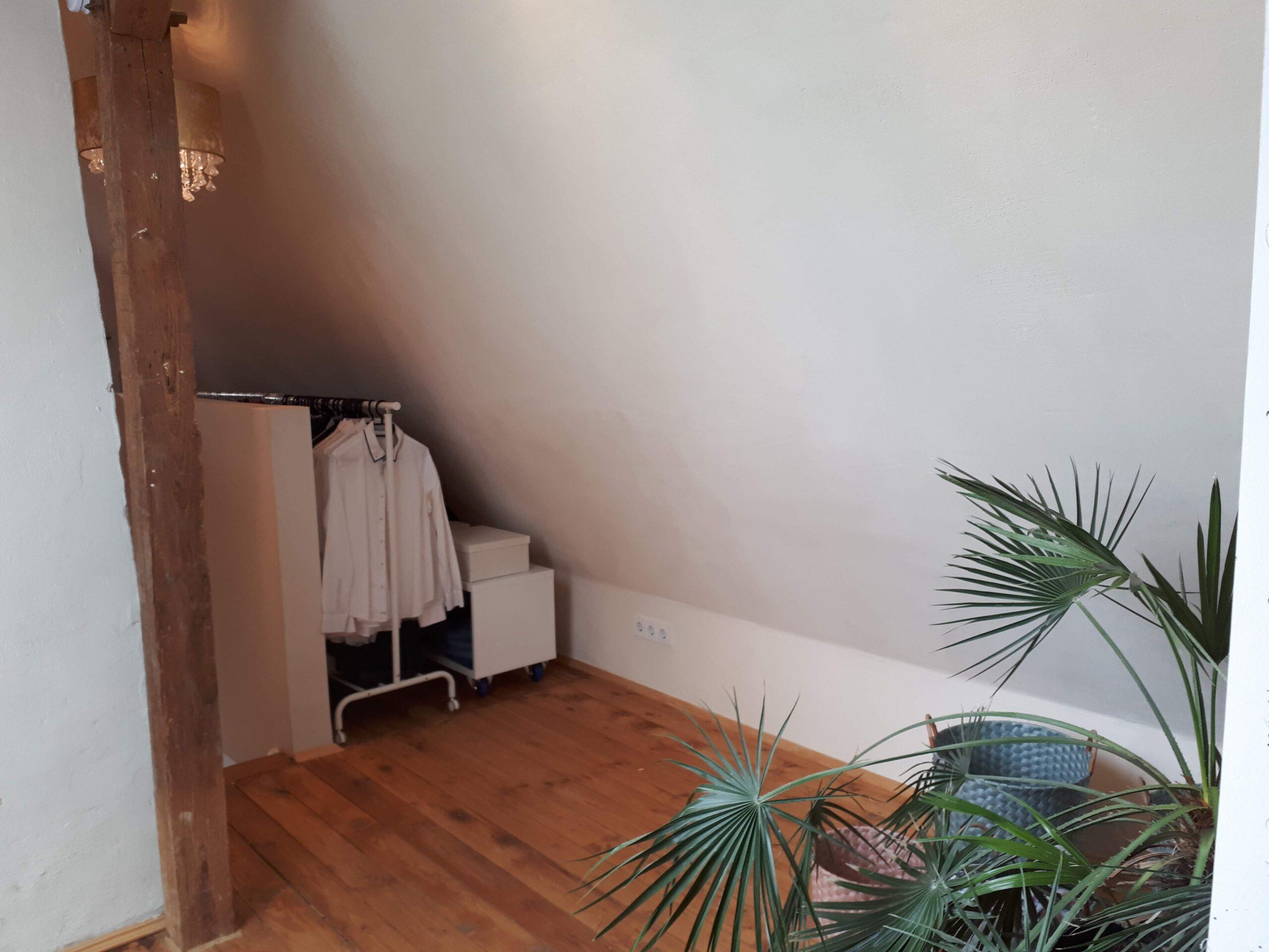 Im offenen Kleiderbereich des ausgebauten Dachgeschosses wird jeder Zentimeter sinnvoll genutzt.