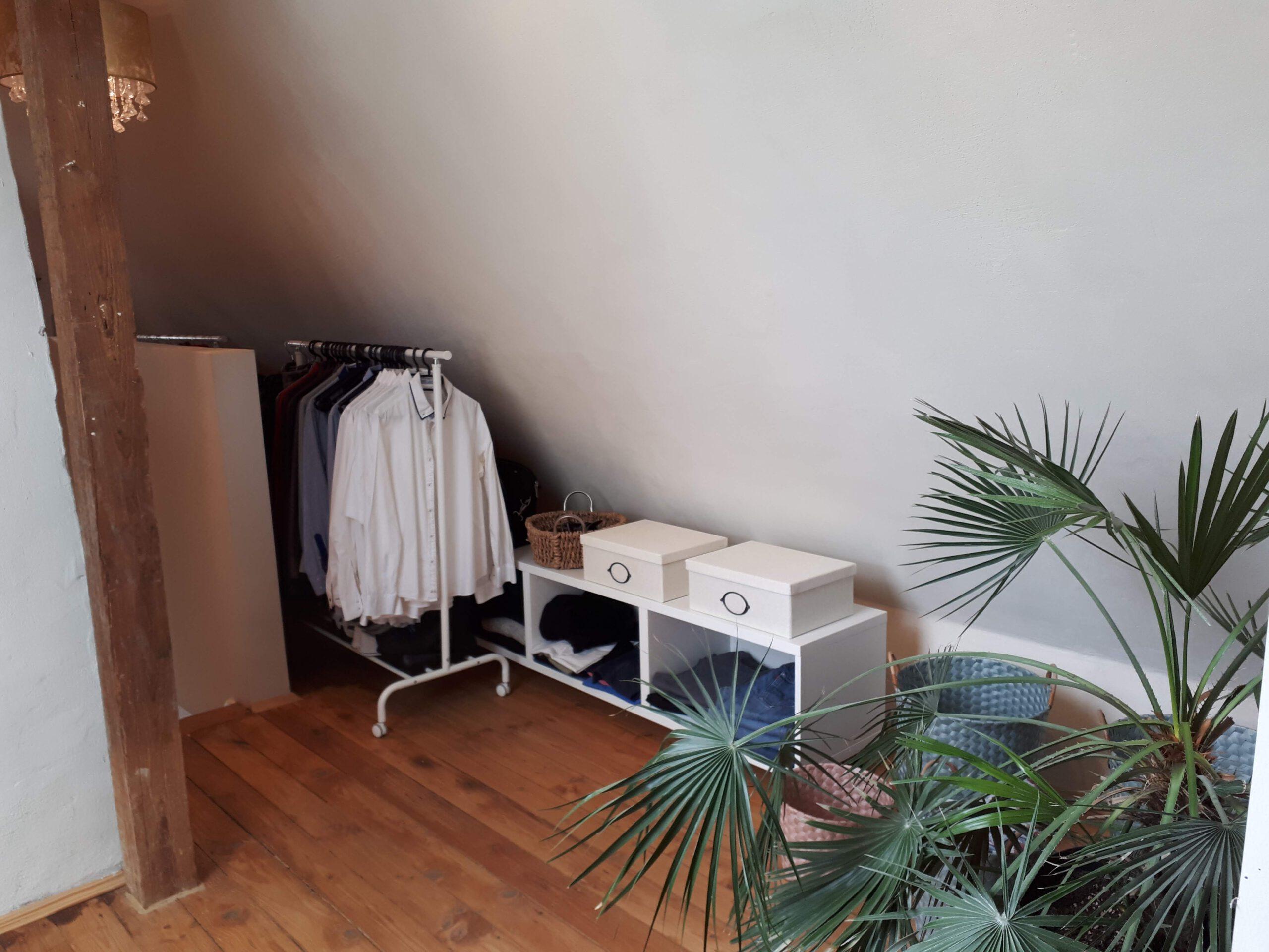 Ausziehbare Kleiderstanden im offenen Kleiderbereich des ausgebauten Dachgeschosses.