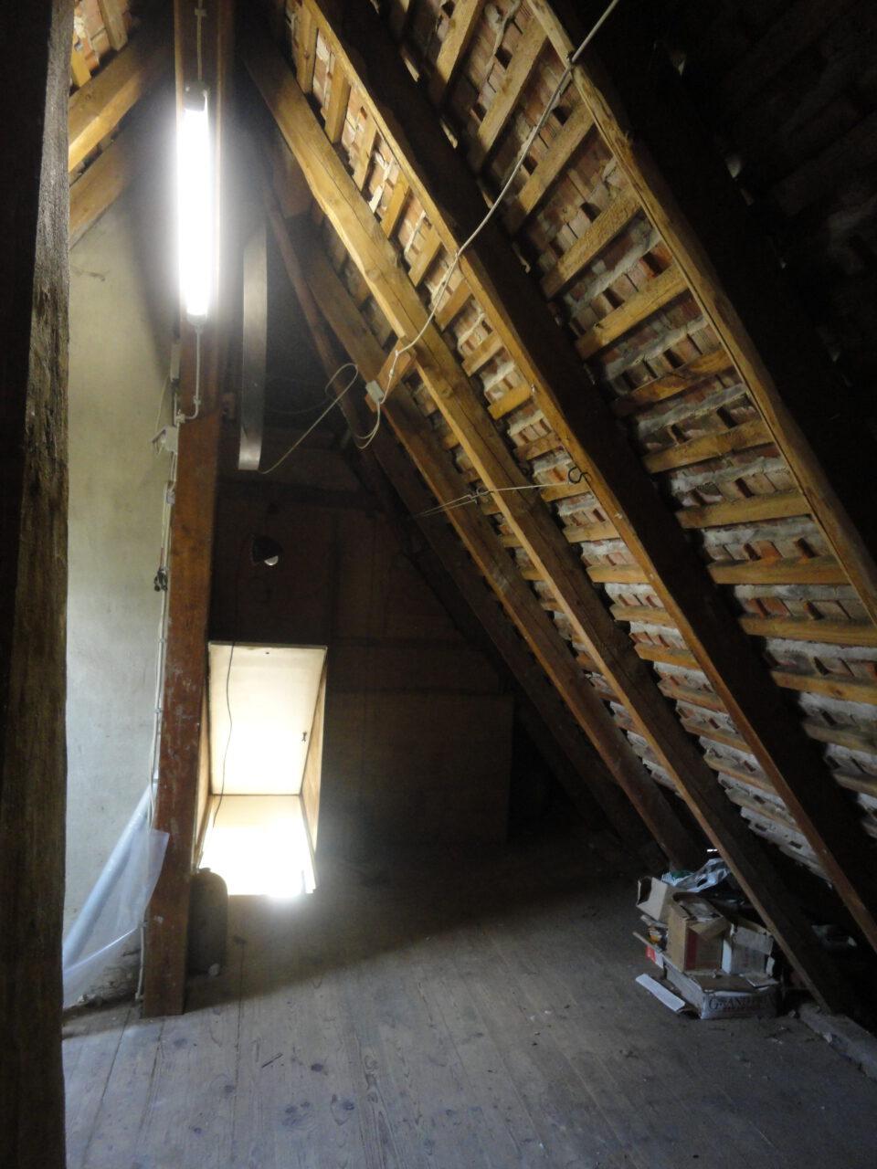 Das Dachgeschoss war zuvor nicht gedämmt, man konnte auf die nackten Ziegel blicken.