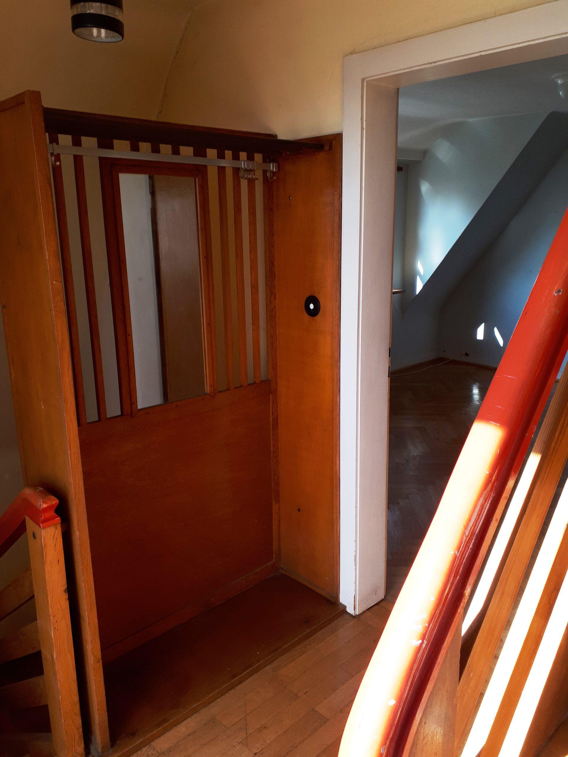 Der Treppenabsatz im Obergeschoss vor der Sanierung