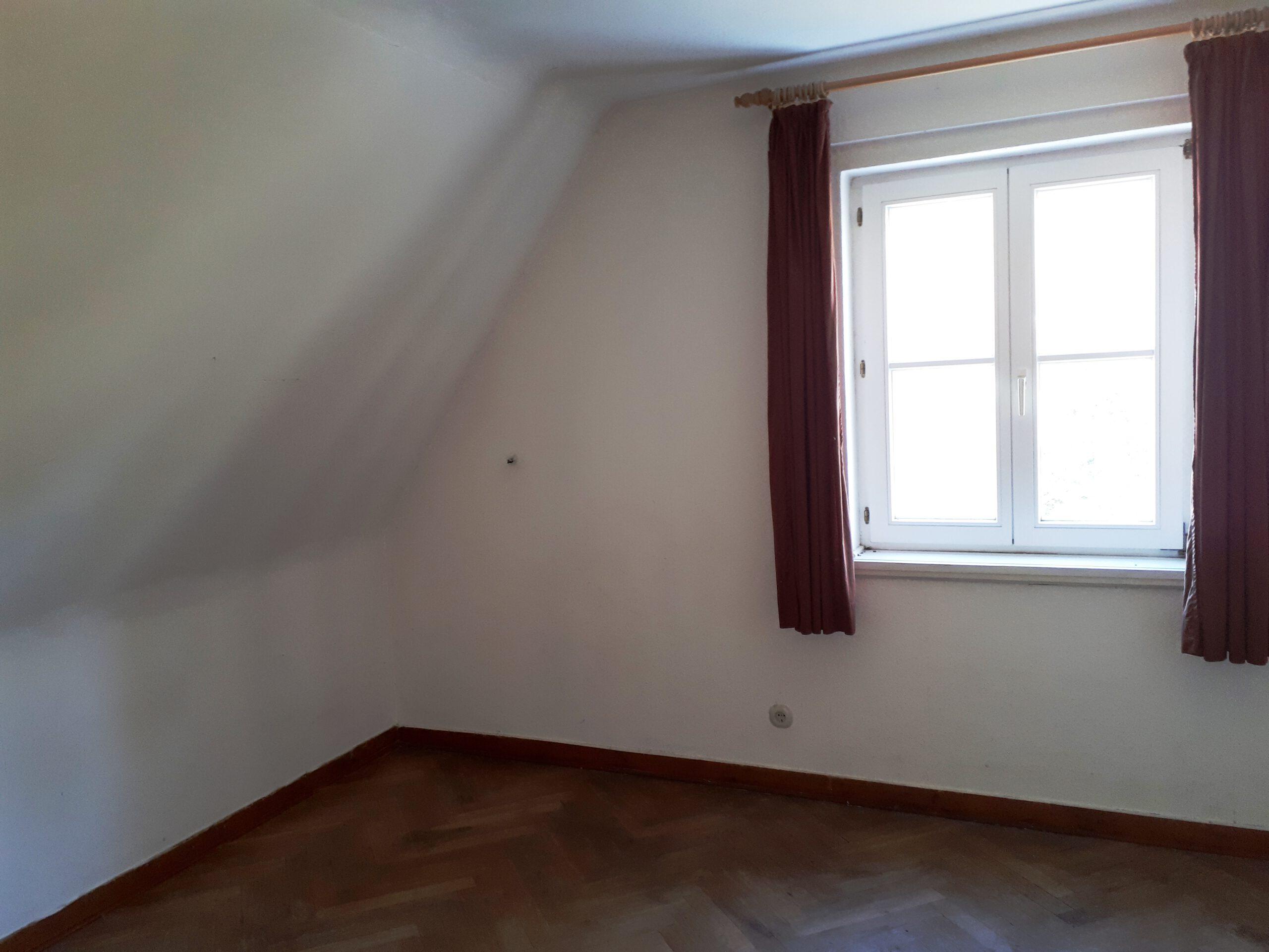 Das kleinere Kinderzimmer mit rohem Boden vor der Sanierung.