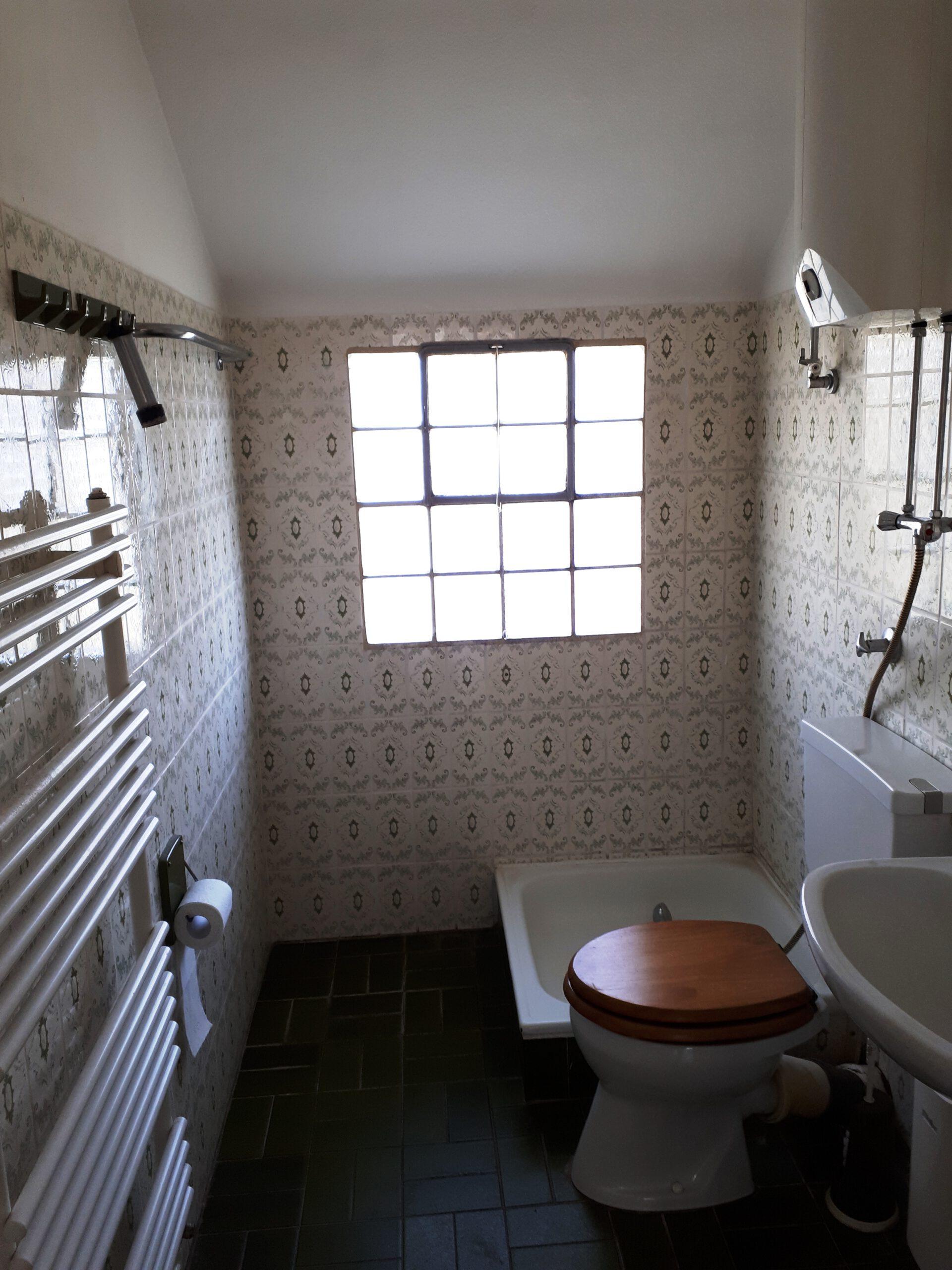 Das kleine Badezimmer im Obergeschoss vor der Sanierung.