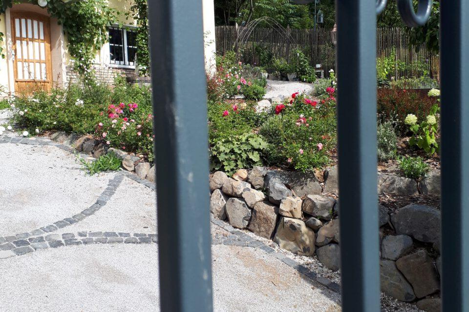 Blick durch das neue Hoftor in den romantischen Garten