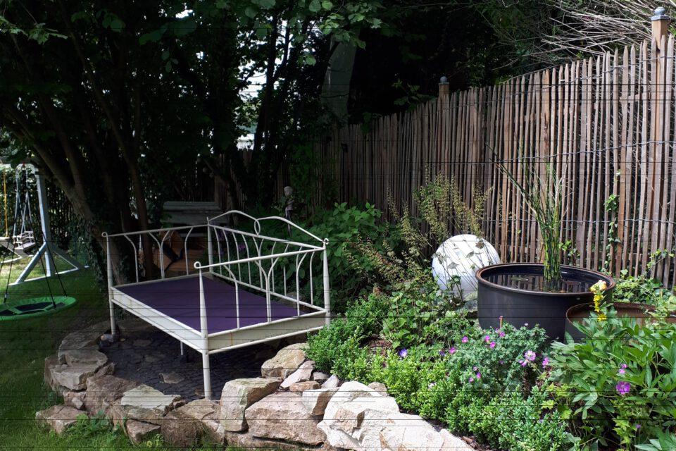 Ein Gartenbett im Halbschatten mit benachbartem Wasserspiel ist ein Kleinod im romantischen Garten.