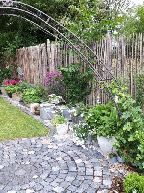 DIe zahlreichen Zinkwannen der Zinkkabinette sind bepflanzt