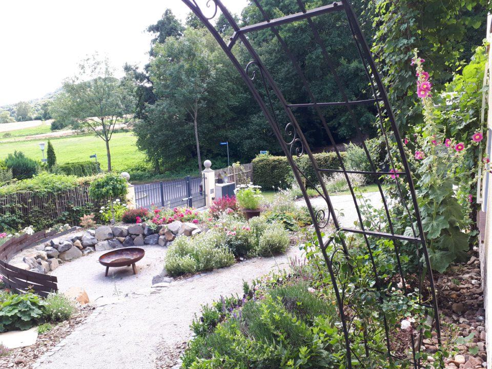 Blick auf den Senkgarten in vollsonniger Lage. Erstes Gartenjahr nach Neuanlage.